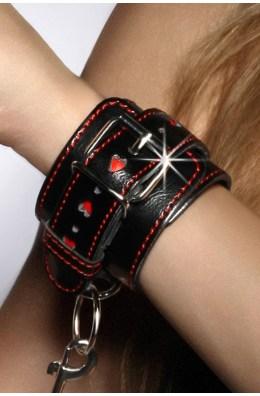 Schwarz/rote Handfessel mit Metallkette