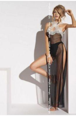 Das Kleid ist eine Mischung aus Negligee und Nachthemd