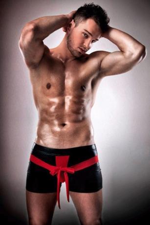 Schwarze Wetlook Shorts mit rotem Einsatz